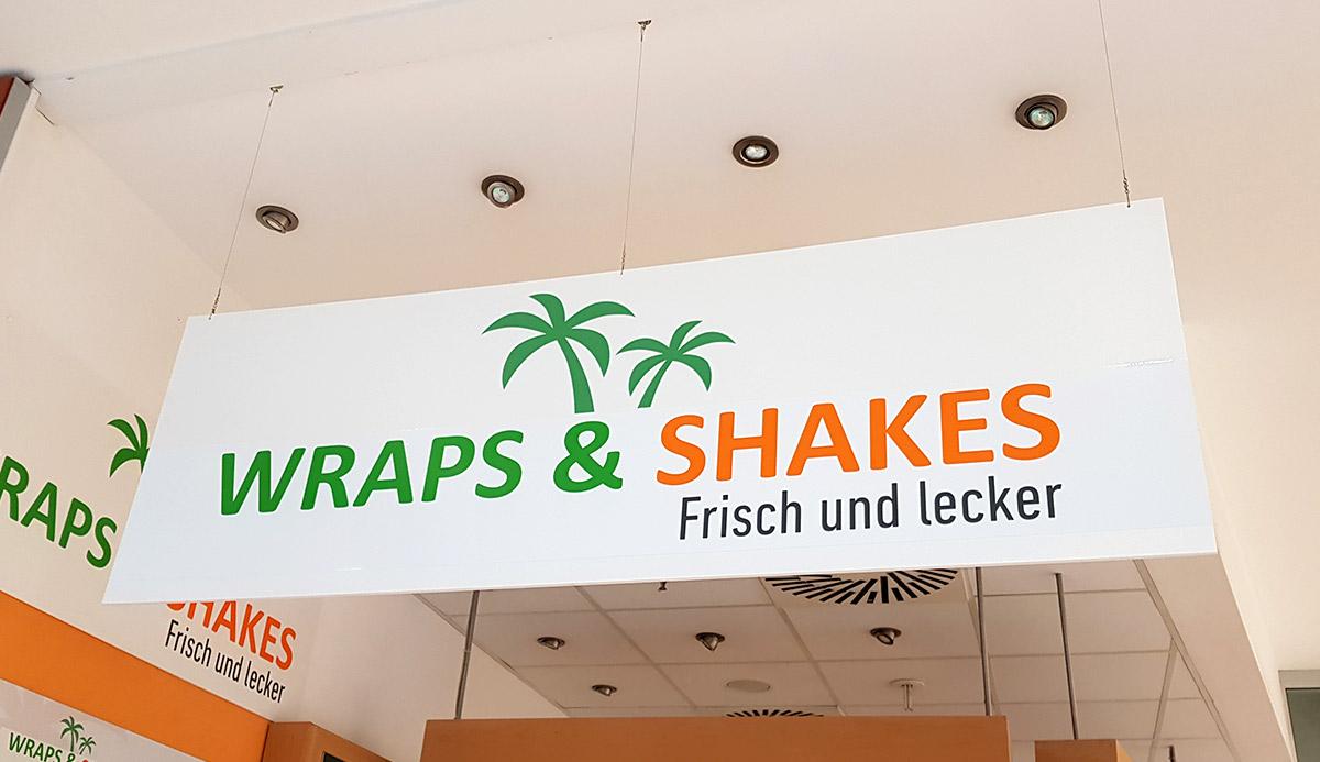Referenz hängendes Werbeschild Wraps & Shakes